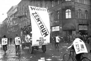 Bundesarchiv_Bild_102-10313_Reichstagswahl_Propagandawagen_des_Zentrums-300x202